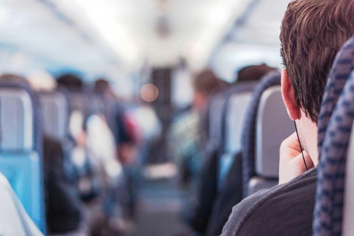 De meeste mensen vinden vliegtuigeten niet bepaald lekker. Hoe dat nou precies komt leggen we uit in dit artikel.